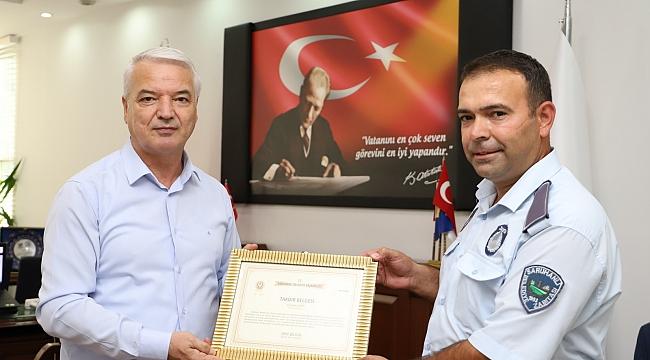 Saruhanlı'da kalpazanları yakalayan zabıtaya takdir belgesi